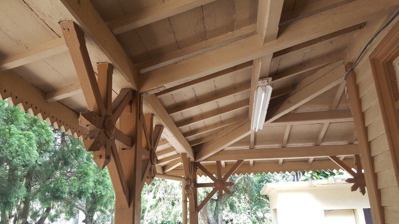 勝興火車站的木造站房設計,據說與風水有密切關係。 記者胡蓬生/攝影