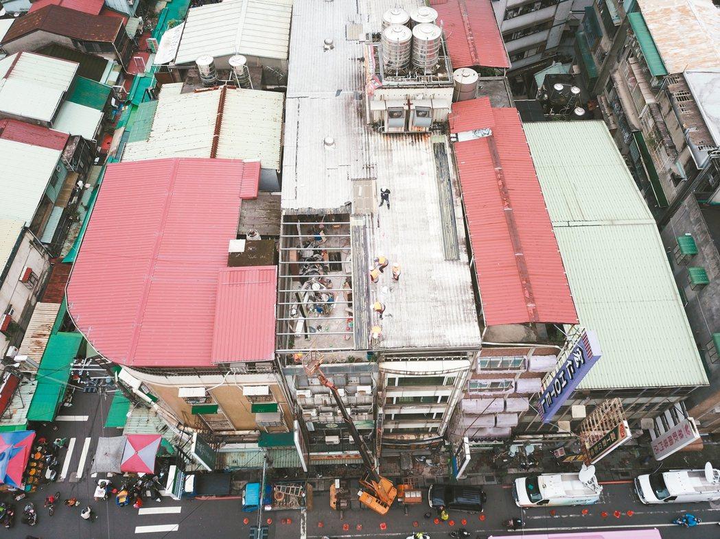 新北市全面執行列管中的頂樓出租套房違建,中和景新街的頂樓違建預計要花二周拆除完成...