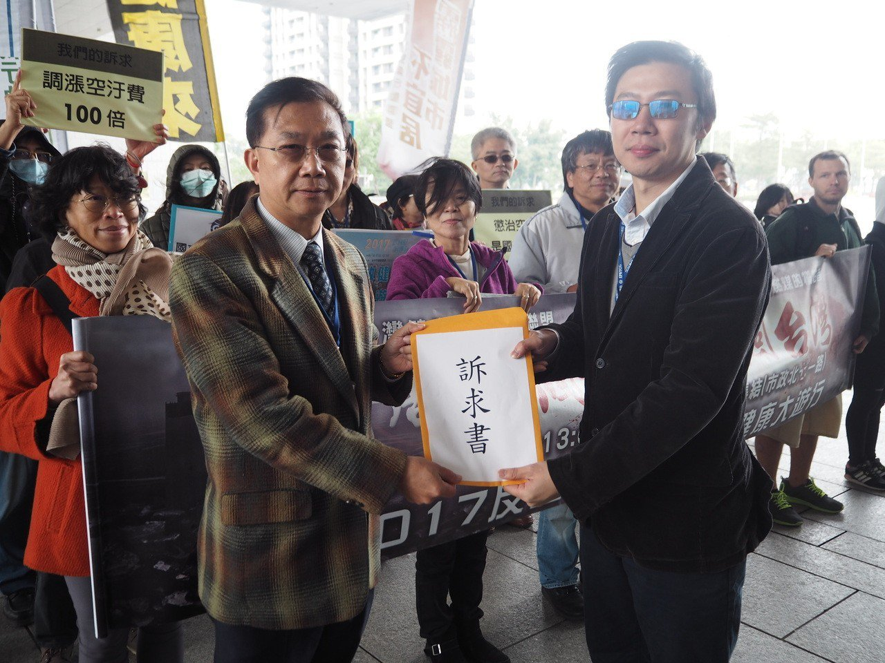 中山醫學大學前校長、營養學教授王進崑(左)向台中市環保局提出學界訴求。 記者喻文...