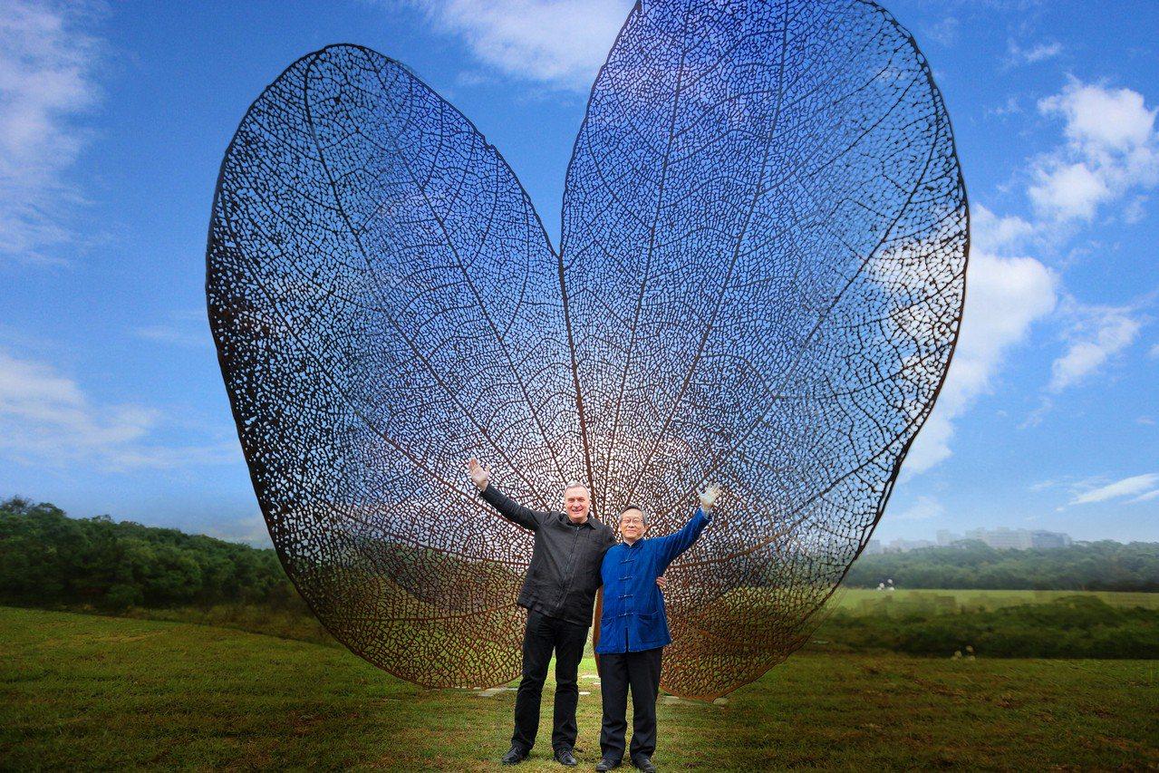 西班牙地景藝術家黃猴諾維亞(左)為清華製作的巨型公共藝術品「葉子」(LEAF),...
