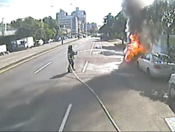 台中一名縱火犯燒車,還留在現場觀火。 圖/報系資料照片