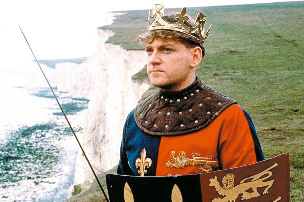 肯尼斯布萊納在29歲那年自導自編自演莎士比亞戲劇改編電影「亨利五世」。 圖/摘自...