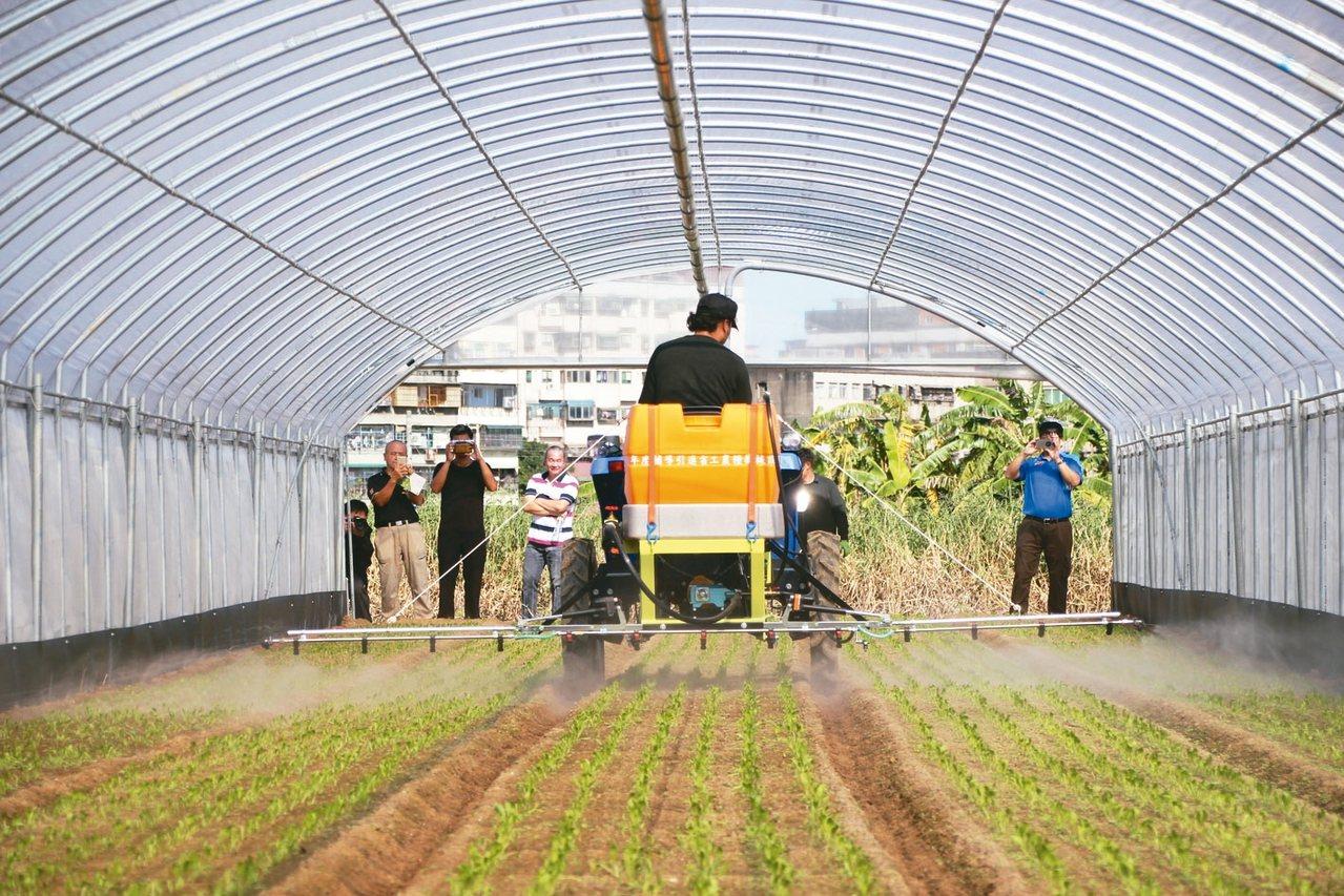 乘用型曳引機,後方可連接播種、防除和採收三組系統,提高收益,更能讓農產品規格化。...