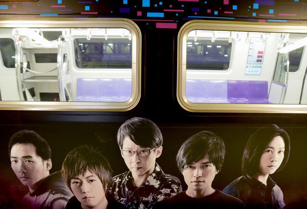桃園機場捷運打造五月天《LiFE人生無限公司》彩繪列車,五月天陪你搭捷運。圖/桃