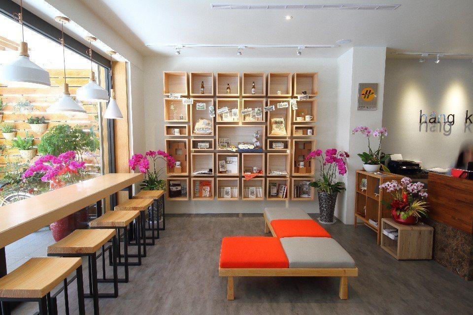 大廳櫥櫃內,展售在地畫家盧紹華的鋼筆彩繪文創伴手禮。(圖片提供/欣傳媒)