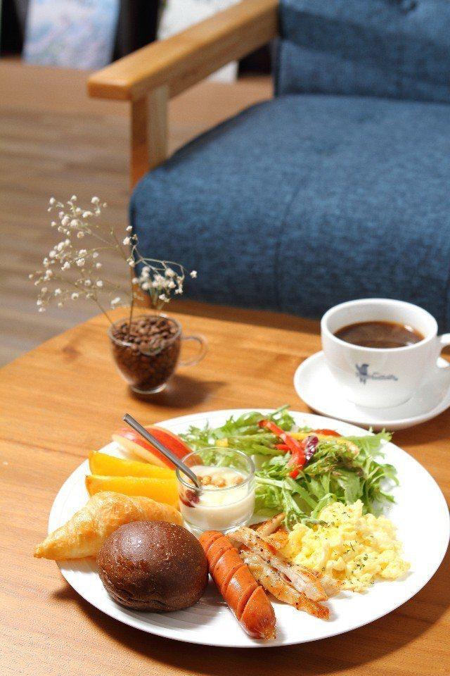 房客享用Hao Hao Kaffe的美式總匯早午餐。(圖片提供/欣傳媒)