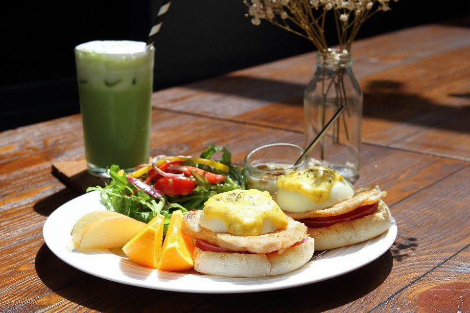 香煎嫩雞班尼迪克蛋早午餐。(圖片提供/欣傳媒)