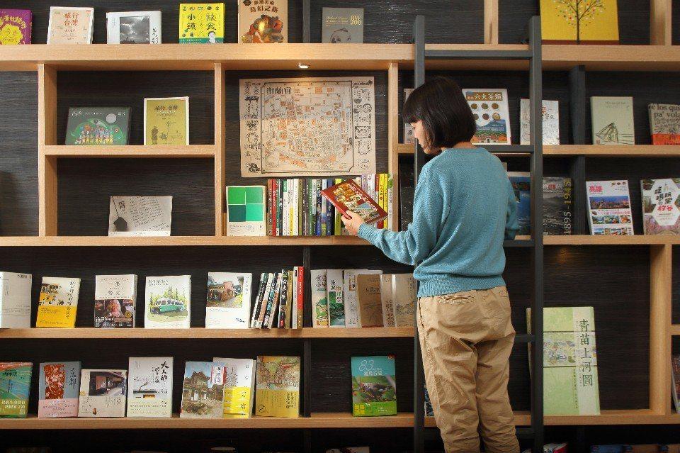 Stay旅人書店(行口店)以宜蘭旅遊為主,也結合宜蘭小農及在地文創商品。(圖片提...