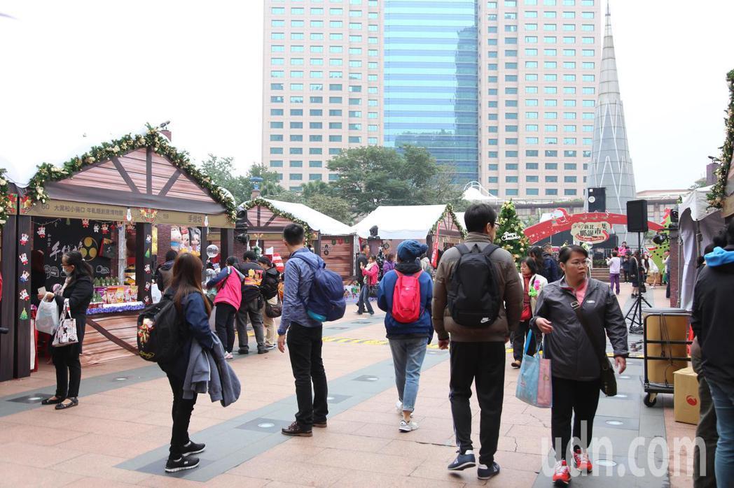 「2017新北耶誕市集」從即日起至12月10日在市民廣場舉行。記者林麒瑋/攝影