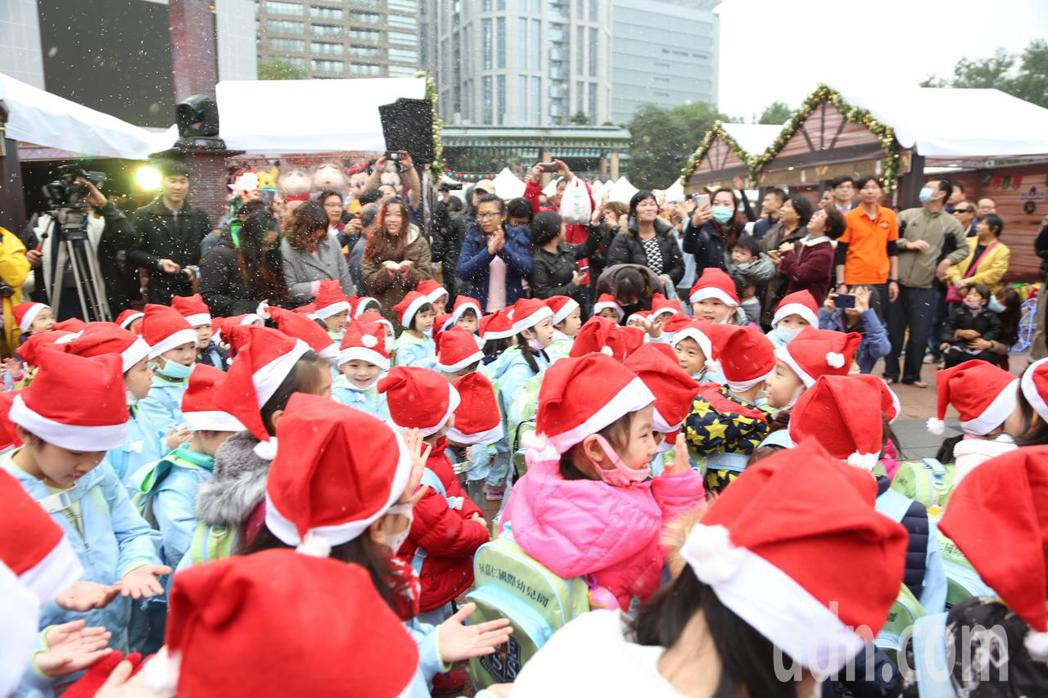 「2017新北耶誕市集」從即日起至12月10日在市民廣場舉行,現場每半個小時飄下...