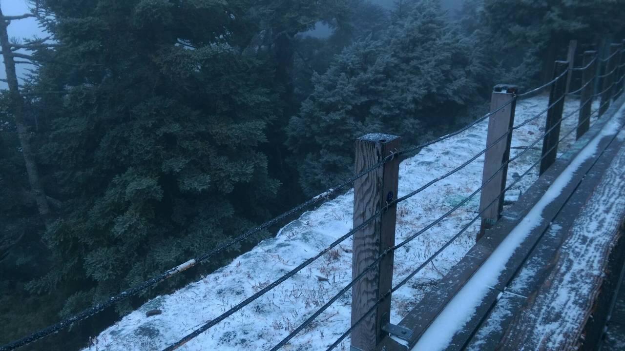 玉山今天清晨飄雪,排雲山莊周圍可看到地面積雪,玉管處已勸導山友不要攻頂,及早下山...
