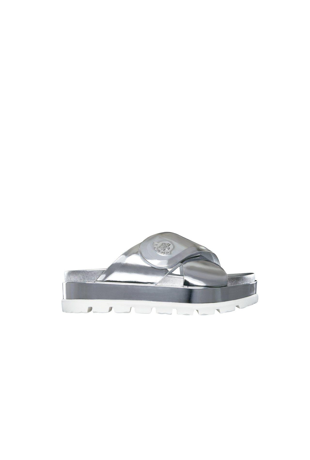 Camelia銀色厚底拖鞋,售價16,400元。圖/MONCLER提供