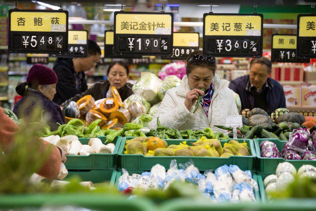 圖為山西太原民眾正在超市選購蔬菜。中新社資料照片