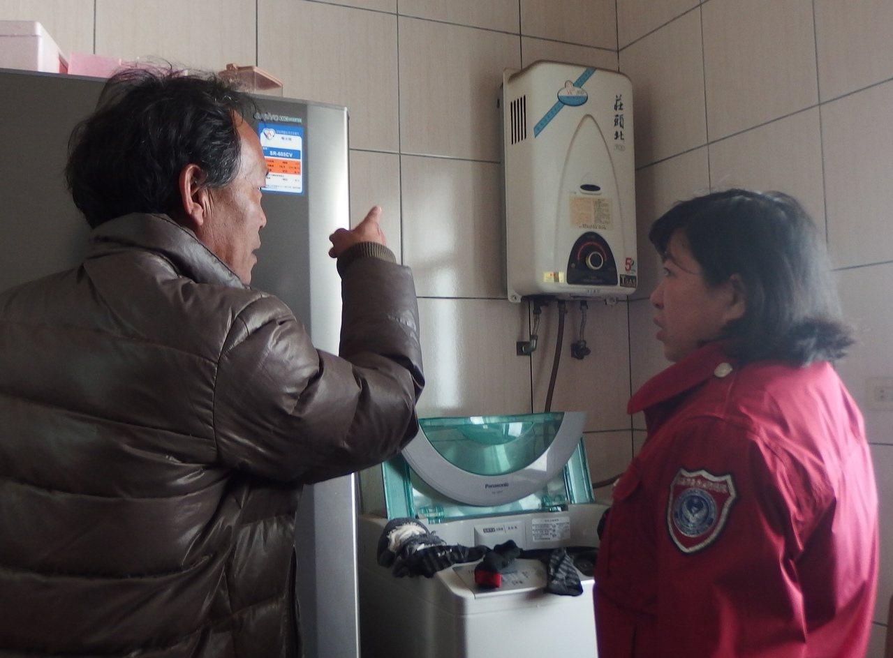 高市消防局婦宣隊深入鄉里,提醒民眾氣溫降低,使用熱水器等多加注意,防範一氧化碳中...