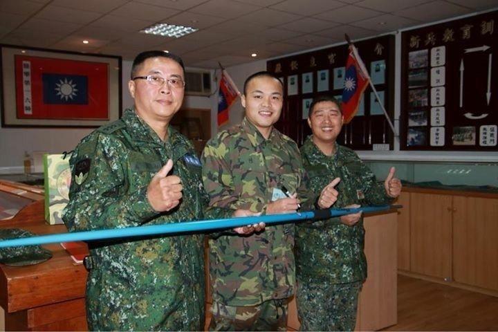 鄭兆村(中)特別致贈206旅親筆簽名的標槍,並將它留在隊史館裡。圖/翻攝陸軍司令...