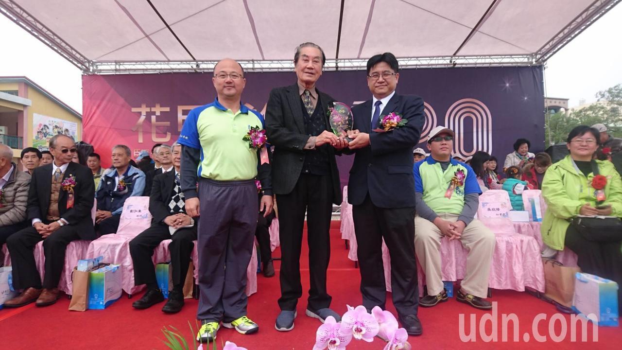 82歲總統府前秘書長陳唐山(中)獲選鹽水國小傑出校友。記者吳政修/攝影