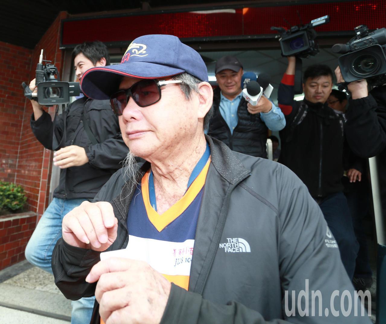 陳慶男今天下午到派出所簽到,面對媒體詢問仍不做任何回應。聯合報系記者劉學聖/攝影