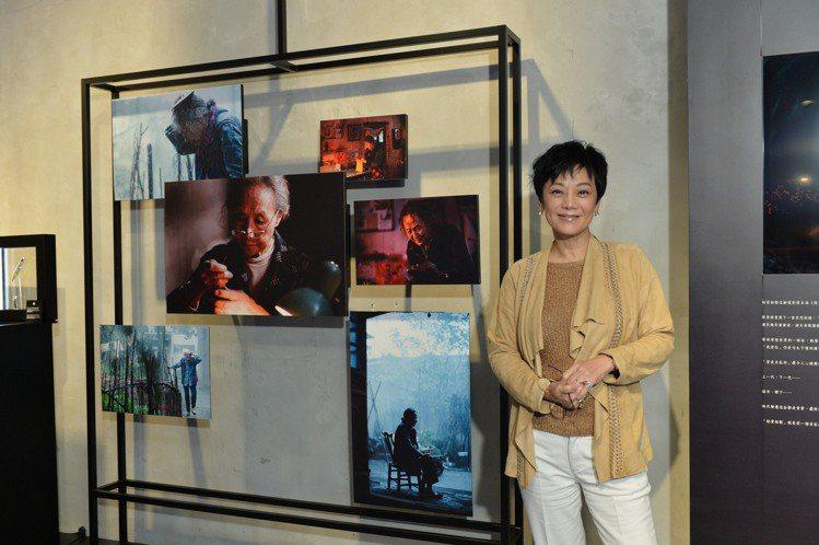 張艾嘉與《相愛相親》劇照集劇本手稿合影。圖/萬寶龍提供