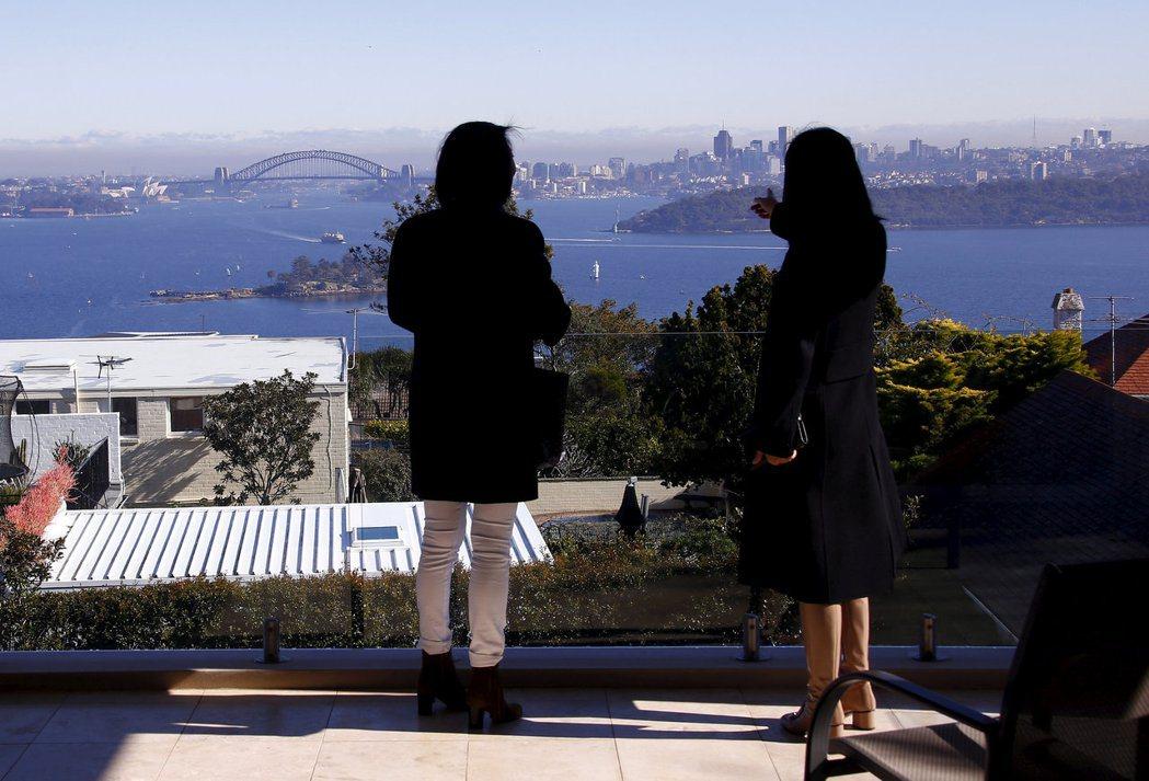 雪梨一位房屋仲介商帶客戶看房地產。路透
