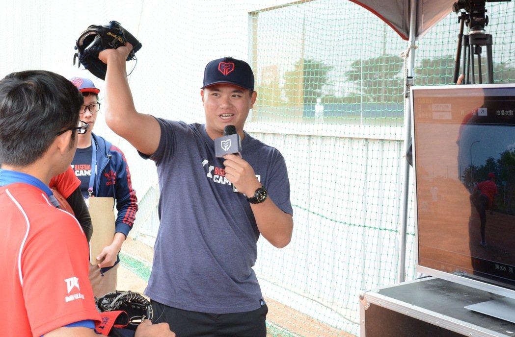 光芒台灣投手胡智為擔任「YY Baseball Camp」訓練營講師,為學員分析...