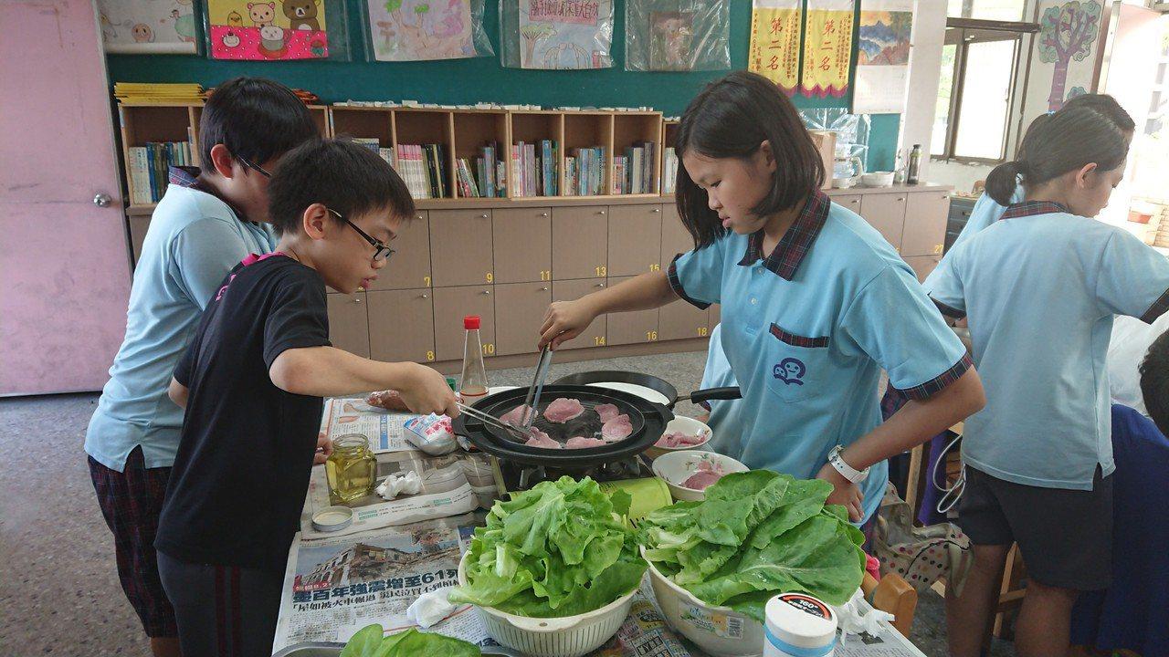 何厝國小朋友採收成果,在學校午餐加菜或帶回家和爸媽分享。圖/何厝國小提供