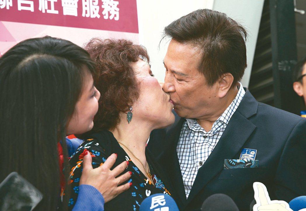 周遊與李朝永在媒體聯訪時還大方親吻曬恩愛。本報資料照片