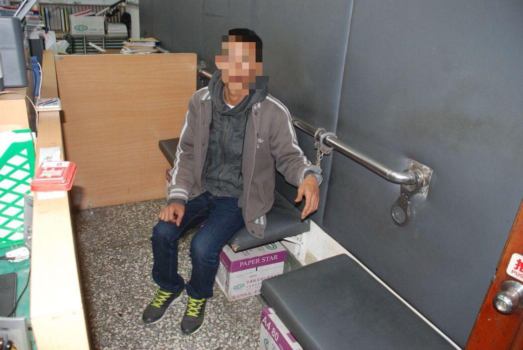陳姓男子隨身攜帶百餘包毒品,遭警查獲。圖/永康警分局提供