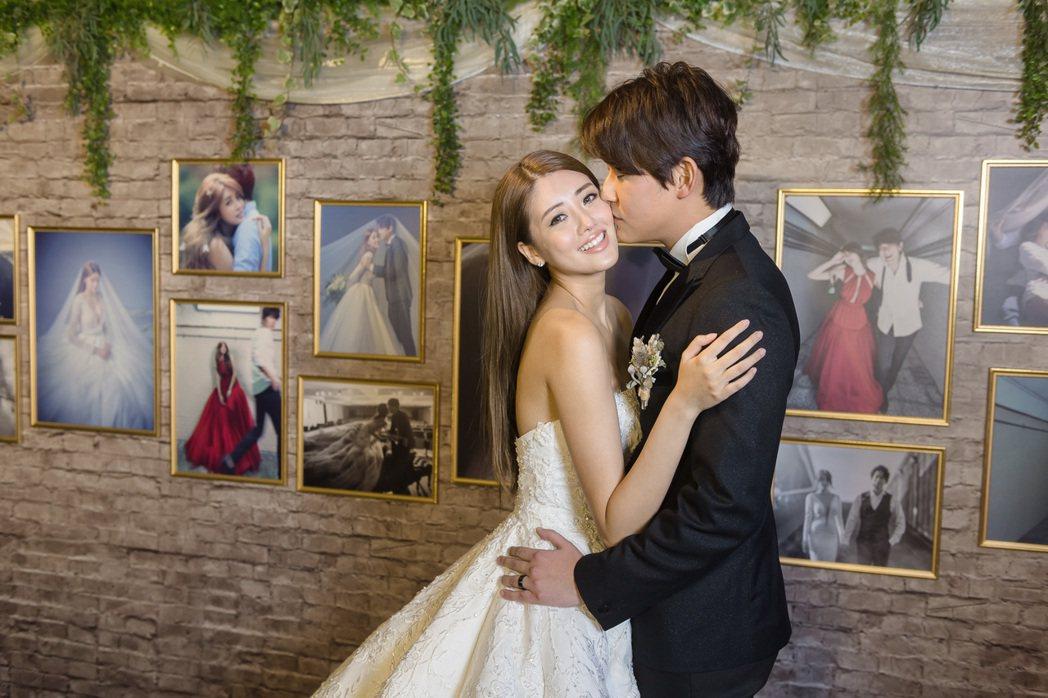 賴琳恩、陳乃榮在婚紗牆甜蜜親吻。圖/伊林提供