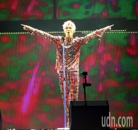 藝人畢書盡延燒2016 Catch Your Double Eye演唱會口碑,進攻小巨蛋舉辦個人首場演唱會,一連演唱數首歌曲與萬名歌迷同歡。