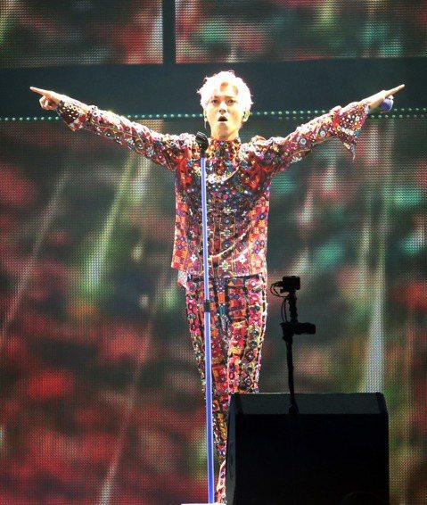 畢書盡出道7年首度在台北小巨蛋開唱,他以一襲20公斤、一萬片手工縫製的鏡面裝華麗開場,票房加上贊助收益約3千2百萬,製作成本近3千萬,除了巨型LED牆、360度專屬Logo環繞舞台,也邀來三金團隊設...
