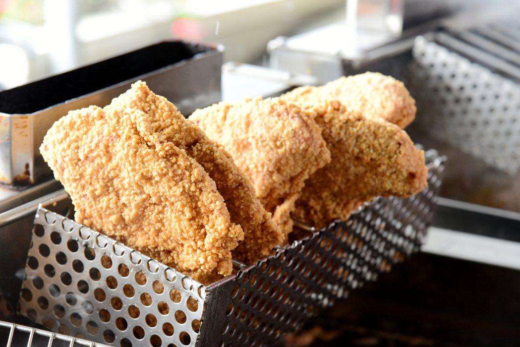台中市「熊厚」人氣大雞排店老闆白吉祥是更生人,到喜樂保育院現炸鮮甜的大雞排讓師生...