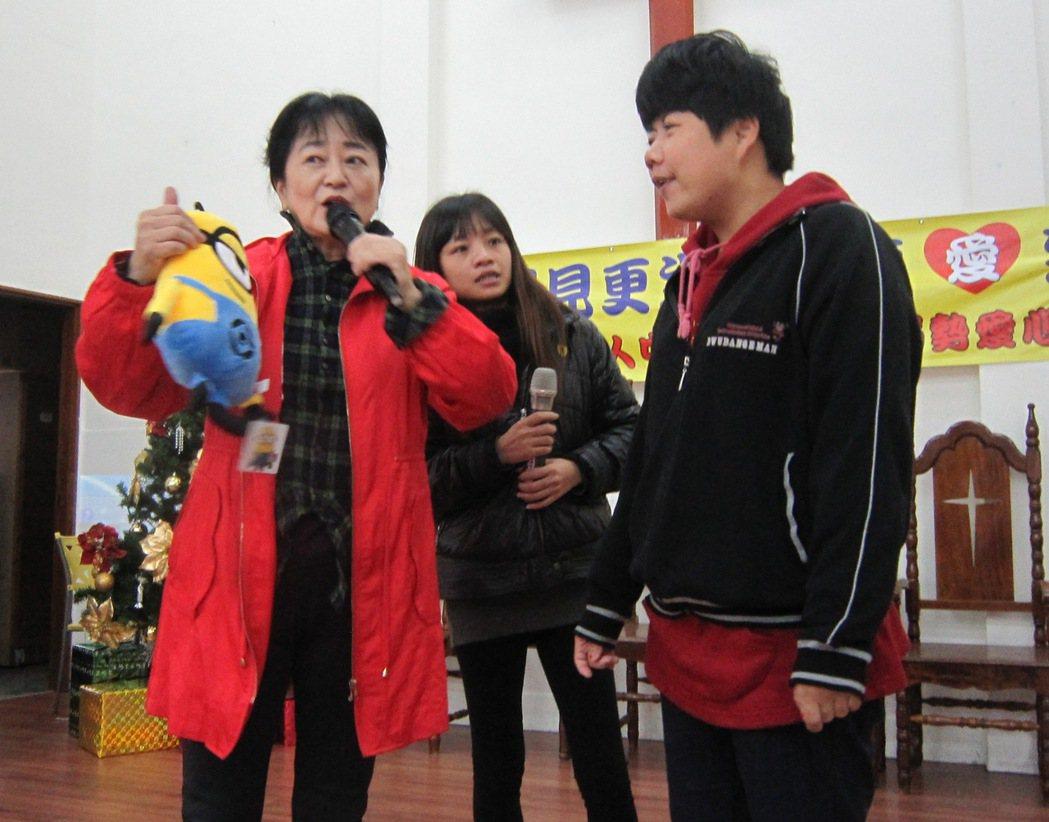 教誨師謝蕙芬(左1)主持有獎徵答,只要喜憨兒答對她手中的布娃娃名字,就是他的耶誕...