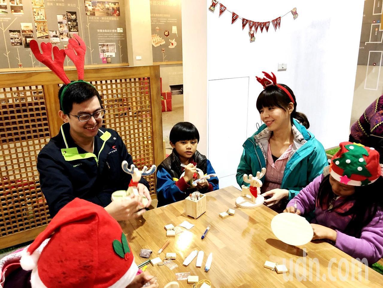 立委洪慈庸(右)與丈夫卓冠廷下午聯袂在后里體驗木工DIY,為今年的耶誕節動手做禮...