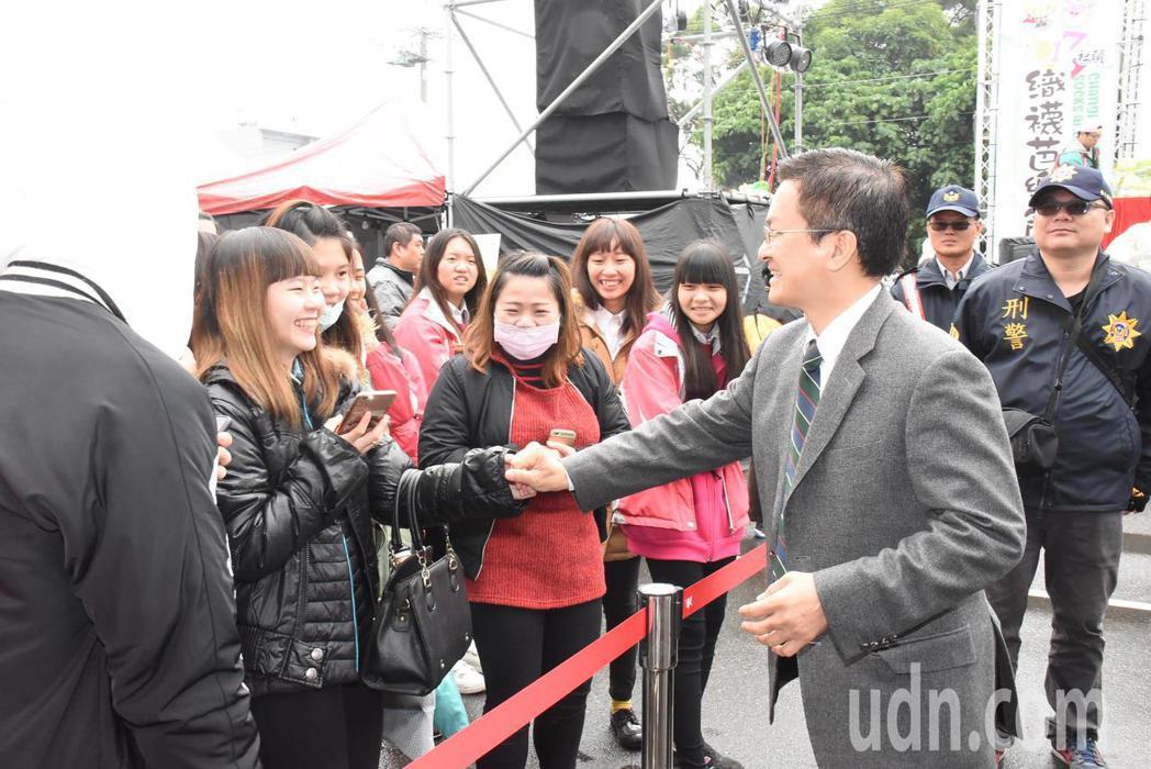 社頭鄉織襪芭樂節重頭戲今天上場,縣長魏明谷(右1)到場向民眾握手致意。記者何烱榮...