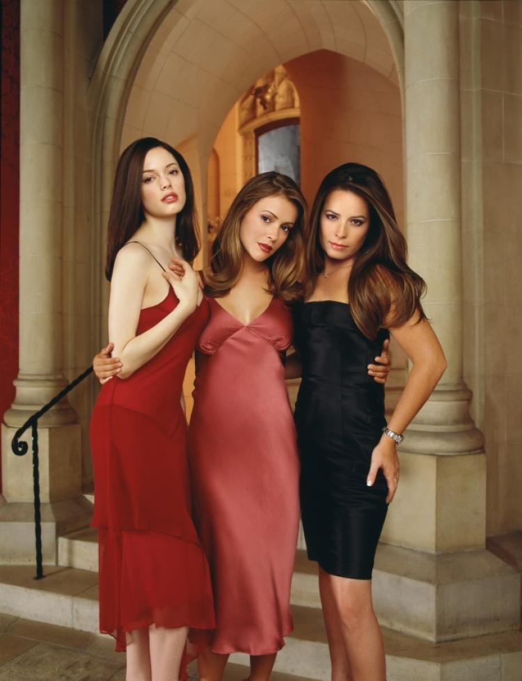 蘿絲麥考溫(左起)、艾莉莎米蘭諾、荷莉瑪莉康絲在「聖女魔咒」演姊妹。圖/摘自im