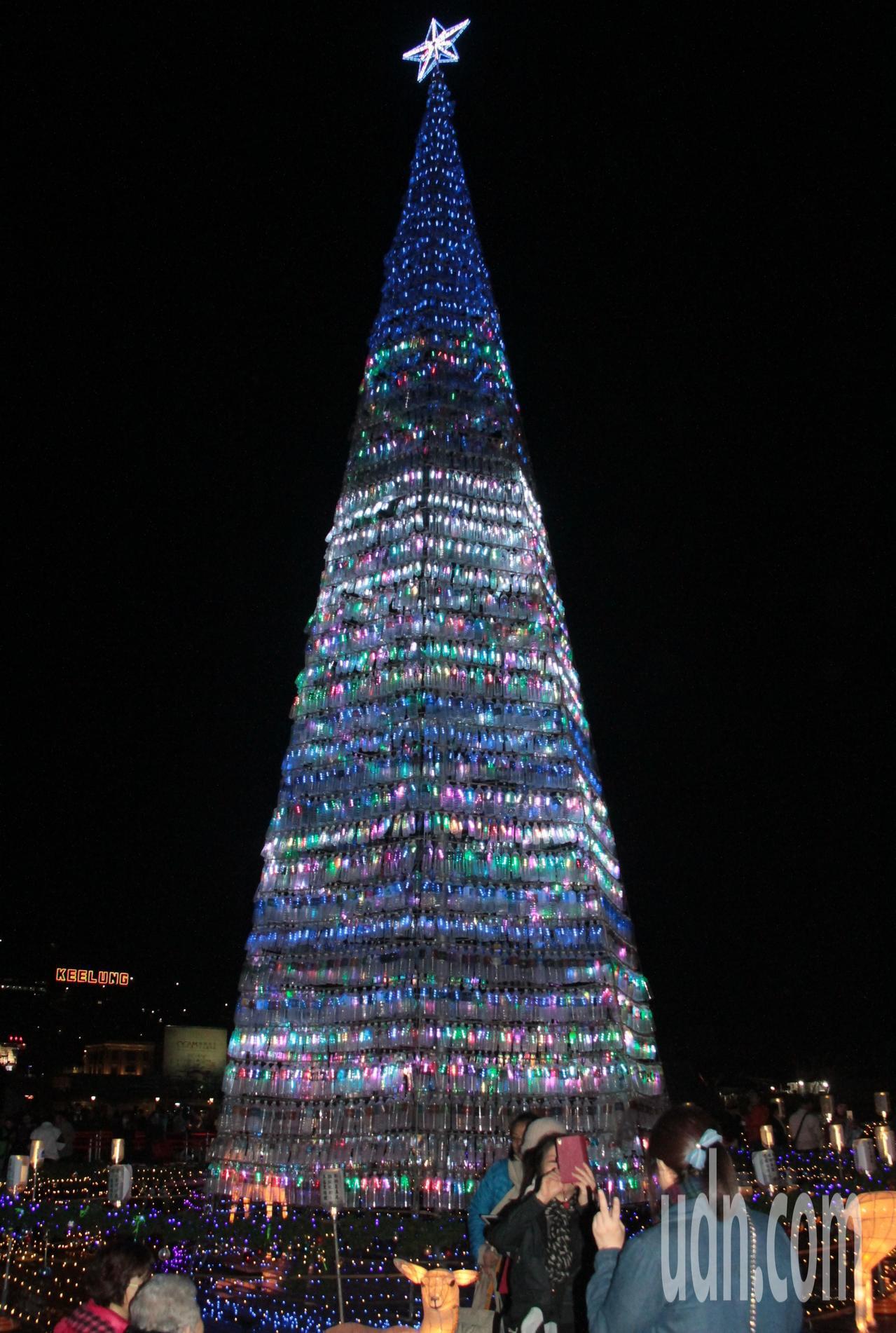 今晚海洋廣場點亮高17米、由7000個寶特瓶打造成的環保耶誕樹。記者游明煌/攝影