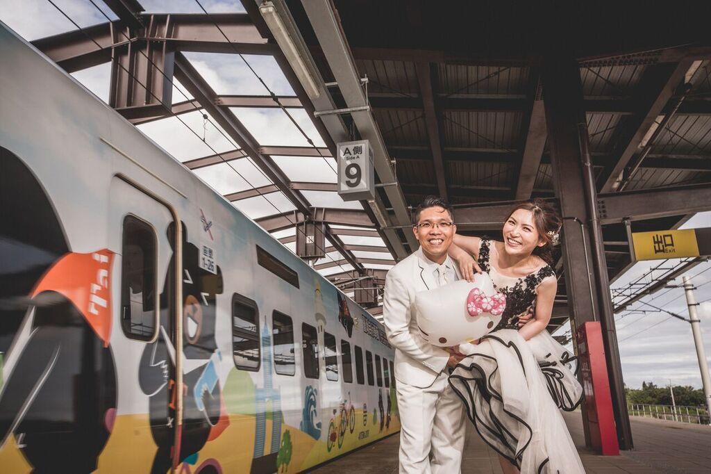 台鐵首位女司機邱千芳(右)與未婚夫王界明。圖/邱千芳提供