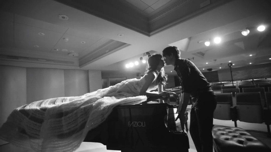 賴琳恩、陳乃榮拍婚紗照側拍。圖/摘自youtube