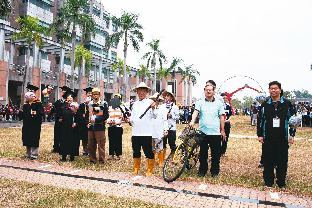 校長等教職員變裝成農夫等角色,參加創意進場。 記者王昭月/攝影