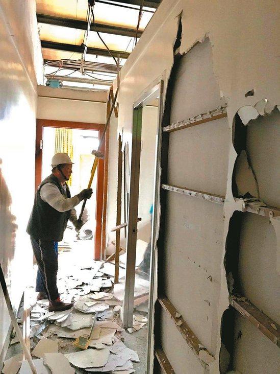 受到下雨影響,拆除工人只能進行屋內隔間拆除工程。 記者林麒瑋/攝影