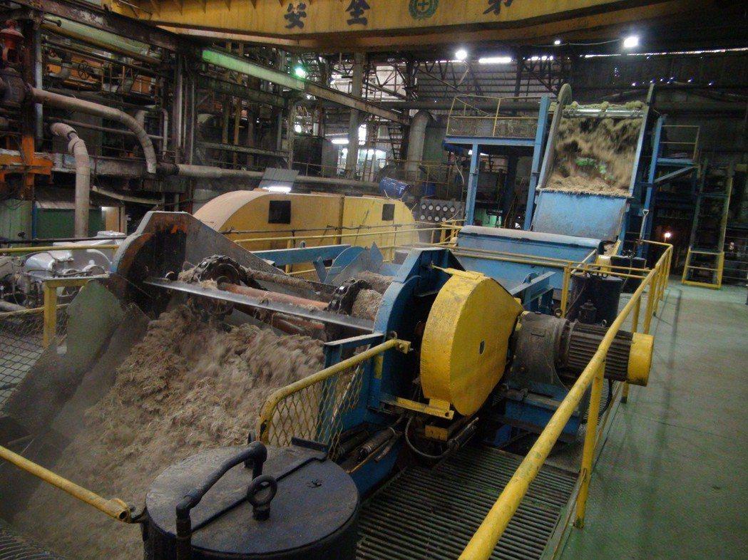雲林縣虎尾糖廠是全台僅存以五分車載運甘蔗的糖廠,每年製糖期間開放民眾進廠參觀。 ...