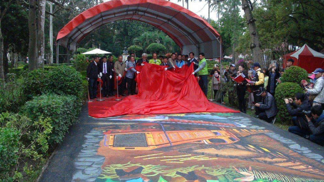 虎尾糖都文化節昨天開幕,虎尾糖廠開放民眾參觀,在糖廠對面的同心公園打造糖果屋,及...