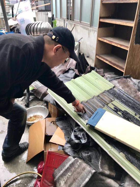 拆除大隊十年來,首次見到鐵皮加裝防水塑膠墊片,不僅施工成本高、拆除也不易。記者林...