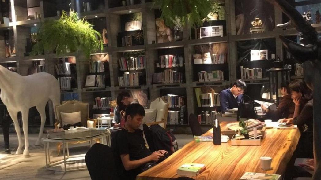 台中樂樂書屋打造成豪宅級閱讀空間,吸引顧客上門讀書。 圖/聯合報資料照片