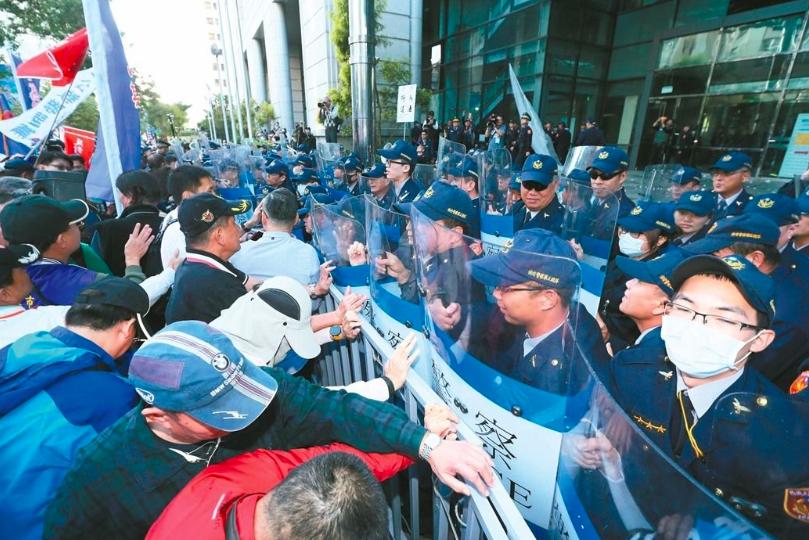 去年首場年金改革分區座談會在交通部舉行,場外抗議民眾與警方爆發推擠衝突,最後還攻...