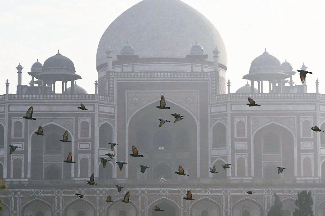 印度首都霾害 威脅健康印度首都新德里近來籠罩在霧霾中,遠方景物一片朦朧。聯合...