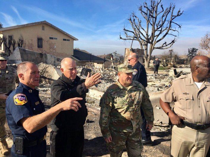 加州州長布朗巡視大火災區上「六十分鐘」批川普。 雷沛/攝影