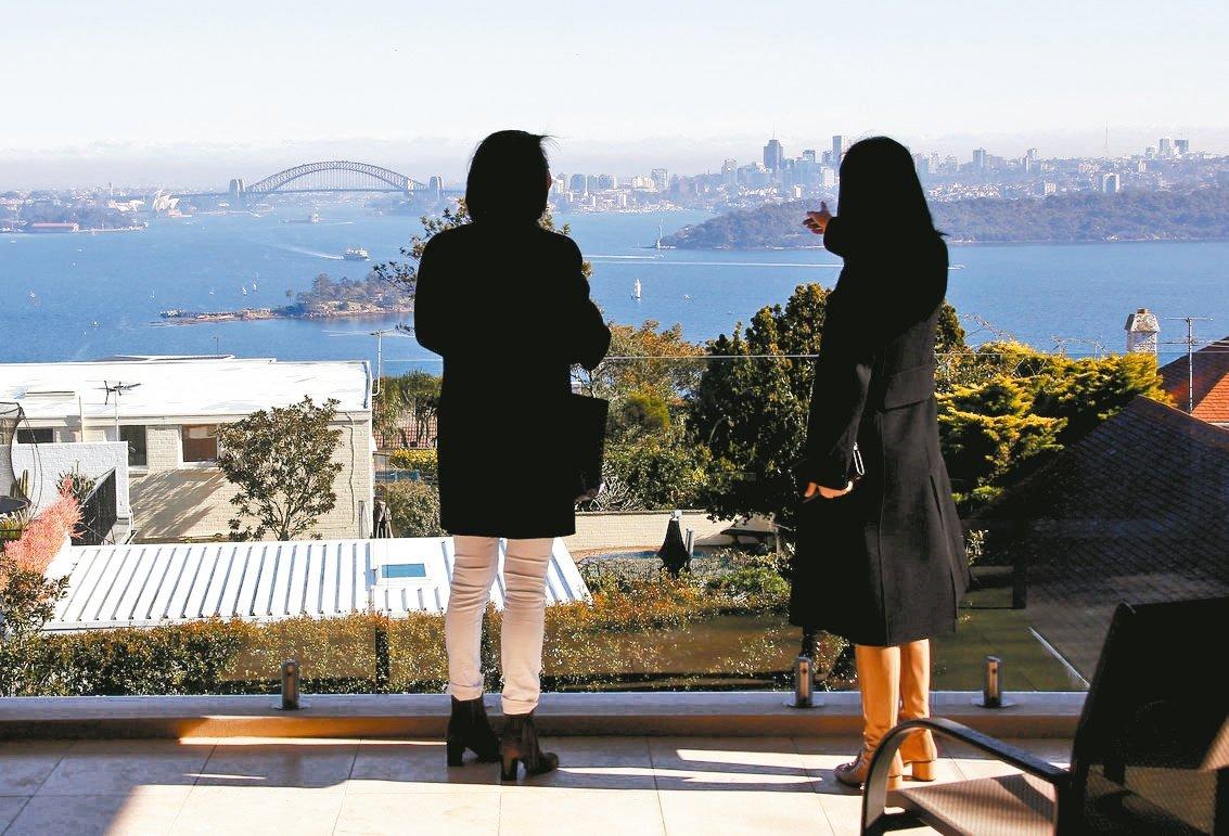 雪梨一位房屋仲介商帶客戶看房地產。 路透