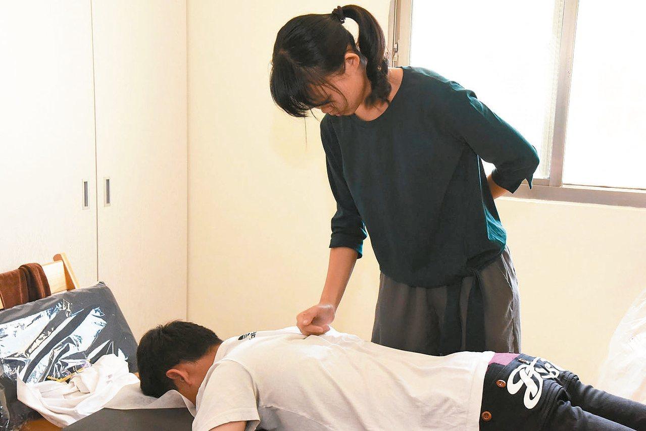 王靜婕參加教育部青年體驗學習計畫,向達人學習嬰兒按摩。 王靜婕/提供