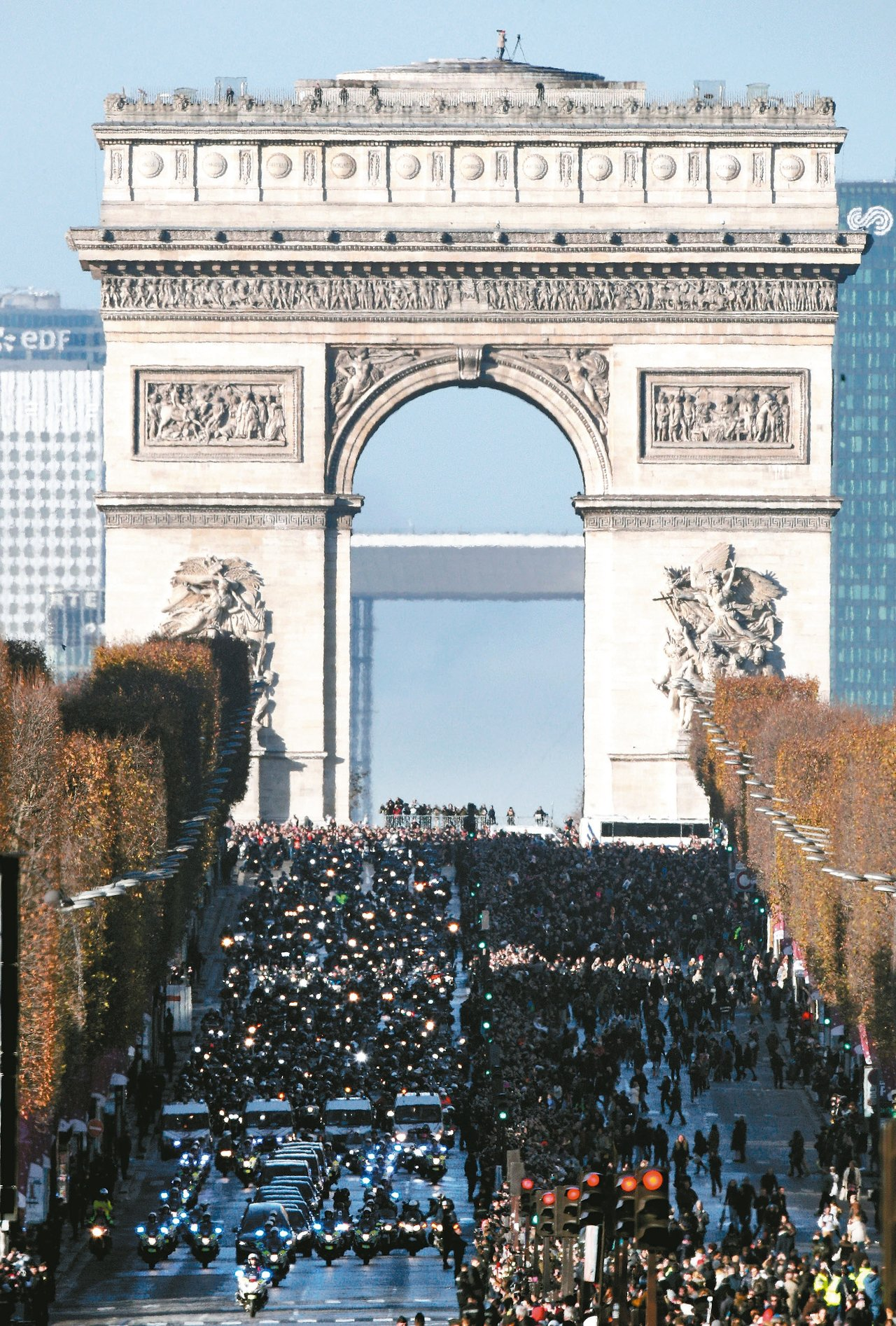 法國搖滾巨星強尼哈勒戴(見圖)棺木車隊經過巴黎凱旋門,大批民眾鼓掌高喊「強尼!」...